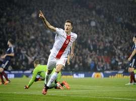 El jugador polaco Robert Lewandowski celebra su primer tanto a Escocia