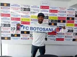 El jugador Willie Hortencio Barbosa, posando con la bufanda del FC Botosani. FCBotosani