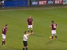 El momento previo al lanzamiento de la falta de los jugadores del Northampton. Twitter