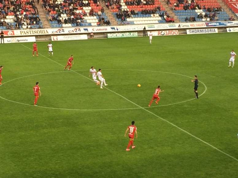 El Nàstic saca de centro para dar comienzo a la segunda mitad del partido ante el Numancia en Soria. Twitter