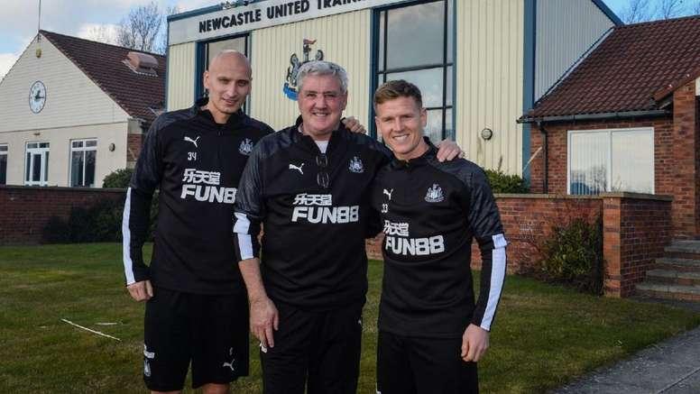 El Newcastle confirmó la renovación de Shelvey y RItchie. Twitter/NUFC