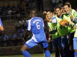 El nicaraguayo Luis Fernando Copete celebra la victoria ante Jamaica junto a sus compañeros y cuerpo técnico. Twitter