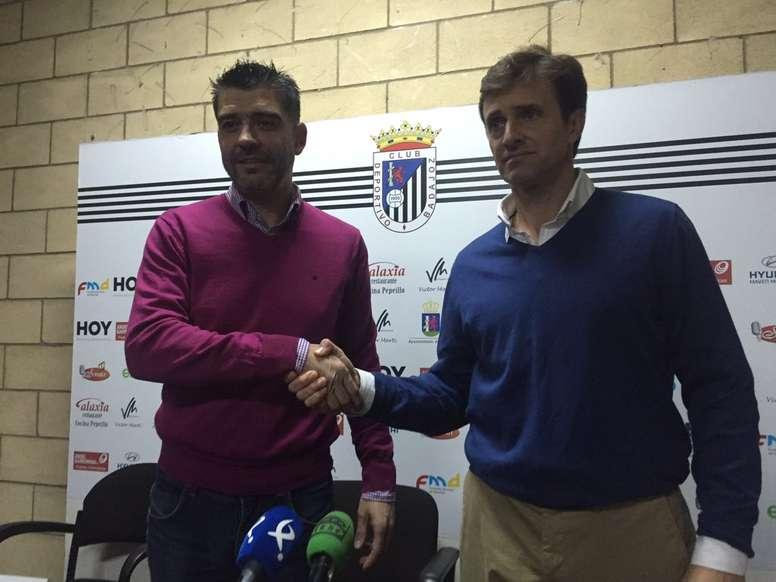 El nuevo entrenador del Badajoz, Agustín Izquierdo (d), en su presentación. Twitter