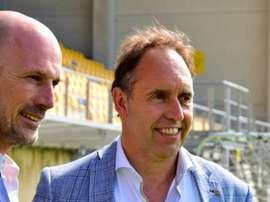 El nuevo entrenador del Waasland-Beveren, Philippe Clement (i), en su presentación. Waasland-Beveren