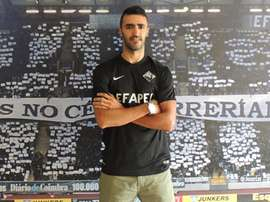 El nuevo futbolista del Académica de Coimbra Nuno Santos, en su presentación oficial con su nuevo equipo. Academica-OAF
