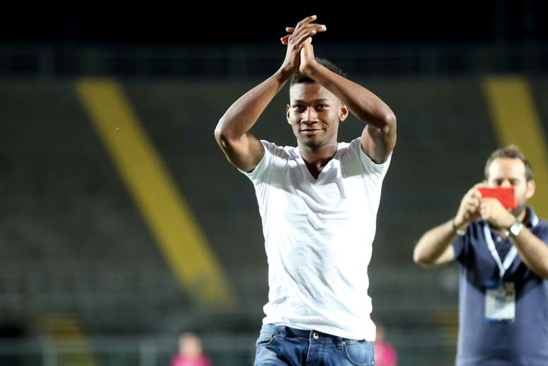 El nuevo futbolista del Atalanta Bryan Cabezas saluda al público en su presentación al término del Trofeo Bortolotti. Atalanta