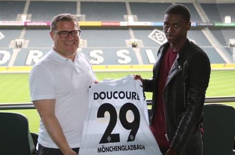 El nuevo futbolista del Borussia Mönchengladbach, Mamadou Doucouré, en su presentación. Borussia