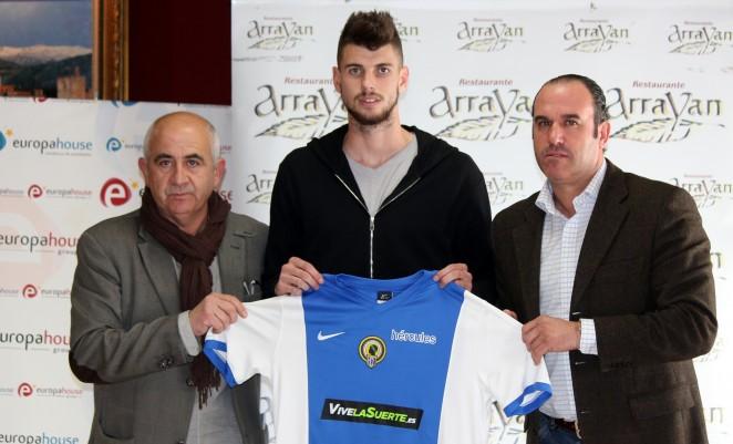 El nuevo futbolista del Hércules Albert Vivancos, en su presentación como nuevo jugador del club. HerculesDeAlicanteCF