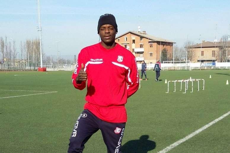 El nuevo futbolista del Nápoles, Eddy Gnahoré, posa en su primer entrenamiento con el Carpi, donde jugará cedido. Twitter