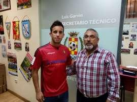 El nuevo jugador del Atlético de Pinto Álex Seidel, tras firmar su contrato. ClubAtleticoDePinto