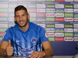 El nuevo jugador del Kasimpasa, Cristian Guanca, en su presentación con su nuevo club. KasimpasaSpor