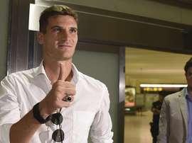 El nuevo jugador del Sevilla, Marco Andreolli, a su llegada a la capital hispalense. SevillaFC