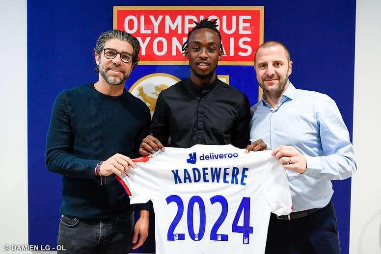 Kadewere firma con el Lyon. Twitter/OL
