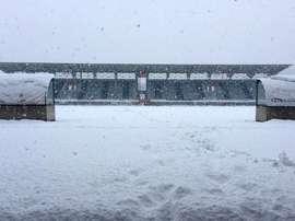 El partido entre el Basilea y el Lugano se ha tenido que suspender por una espectacular nevada. AFP