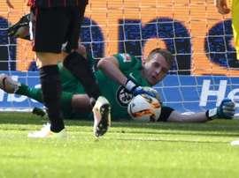 El portero del Eintracht Hradecky, durante un partido ante el Borussia Dortmund. EintrachtFrankfurt