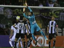 El Santos empató a dos goles en su visita a la cancha del Figueirense de Florianópolis. Figueirense