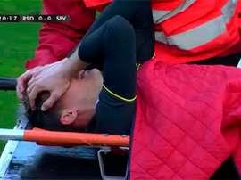 El sevillista Marco Andreolli es retirado en camilla tras lesionarse a los veinte minutos del encuentro entre la Real Sociedad y el Sevilla. Twitter