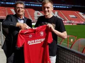 Matt Smith se va cedido al Twente. FCTwente/Twitter