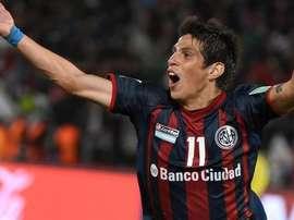 El volante Pablo Barrientos, celebra un tanto con San Lorenzo. AFP