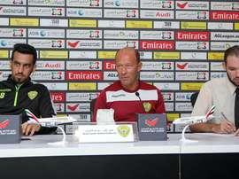 Gabriel Calderón (c) ha sido cesado como entrenador del Al-Wasl. AlWaslSC