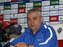 El ya ex entrenador del Kasimpasa turco, Riza Çalimbay, en una rueda de prensa. Kasimpasa