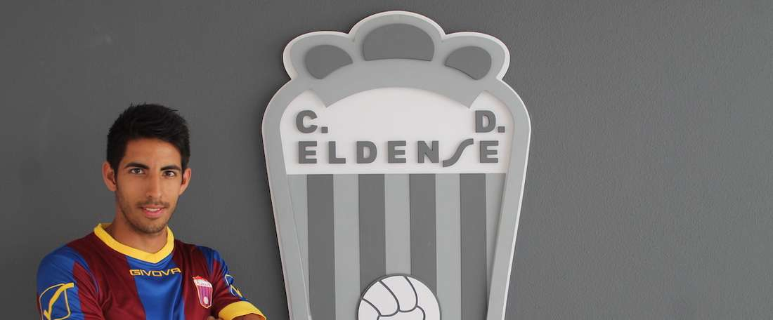El ya ex jugador del Eldense, Pablo Vivanco, posa para su foto oficial del equipo. CDEldense