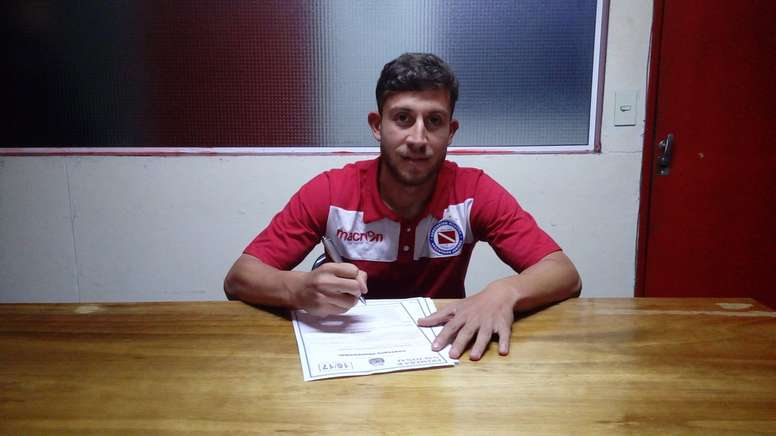 El zaguero de 19 años Esteban Rueda firma su contrato profesional con Argentinos Juniors. ArgentinosJuniors