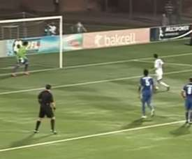 Elvin Mämmädov, del Qarabag, dispara fuera un penalti a propósito. Youtube