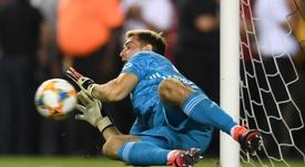 Emiliano Martínez detuvo dos penaltis para darle la victoria al Arsenal. Twitter/Arsenal