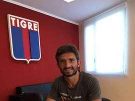 Emiliano Papa, en el momento de estampar su firma en el contrato que le vincula al Tigre hasta junio de 2017. Twitter