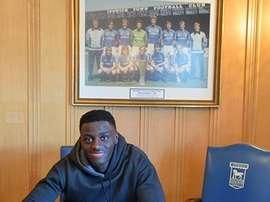 Emmanuel amplia su relación con el club hasta el año 2019. IpswichTown