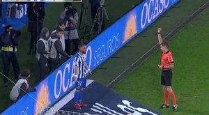 Emre Colak of Deportivo was given his marching orders for overcelebrating. Captura/Movistar+