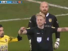 Na Holanda, foi anulado um gol do AZ no minuto 94 graças à tecnologia. Youtube