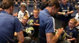 Zlatan le firmó el balón. Capturas/LAGalaxy