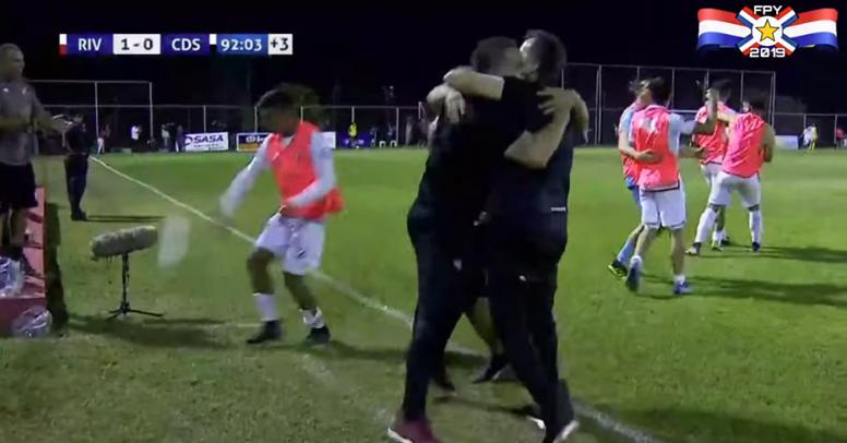Entrenador y jugadores de Atlético River Plate celebraron el gol 'in extremis' de Parra. FutbolPY
