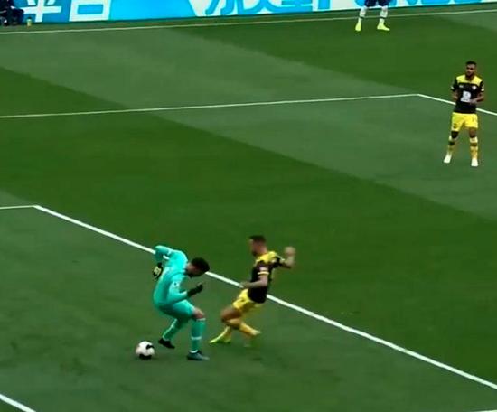 O Tottenham erra em saída de bola. Captura/DAZN