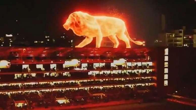 Un lion géant sur le toit du stade de l'Estudiantes. Captura/SuperligaArgentina