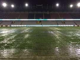 Las lluvias caídas sobre Brujas dejaron impracticable el Estadio Jan Breydel. Twitter