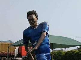 La estatua de Essien que se ha hecho viral en las redes sociales. Twitter