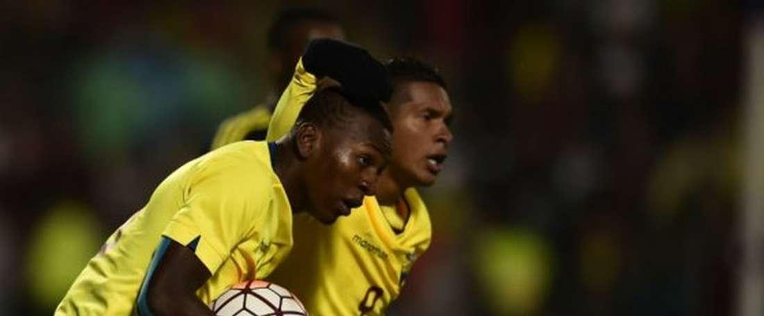 El combinado ecuatoriano se llevó los tres puntos en el tramo final de partido. AFP