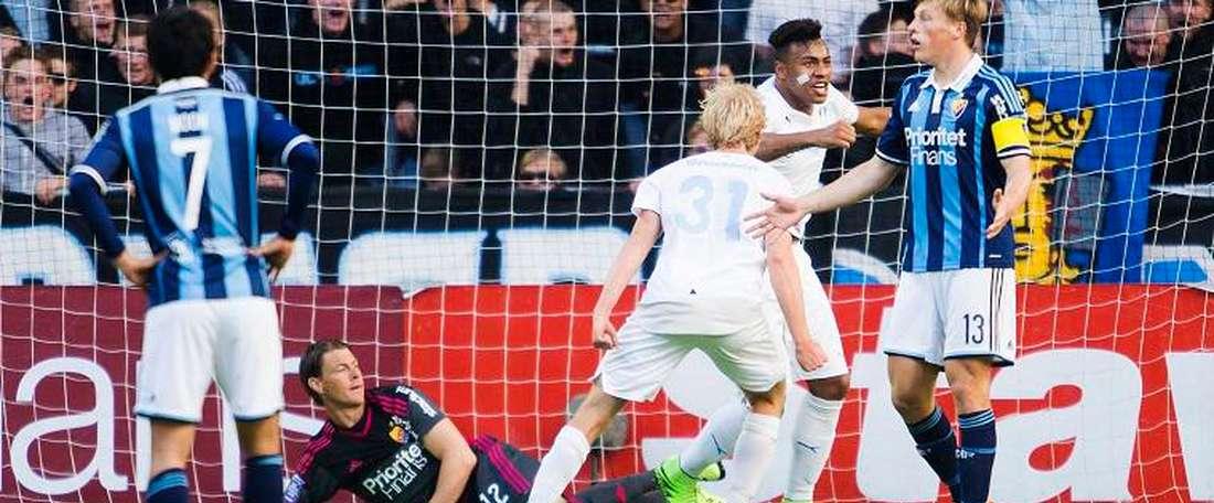 Felipe Carvalho celebra su tanto ante Franz Brorsson, en el Malmö- Djurgardens que terminó 2-0. Twitter
