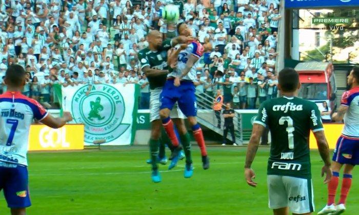 Felipe Melo fue expulsado en el 45' por un codazo sobre el rival. Captura/GloboEsporte