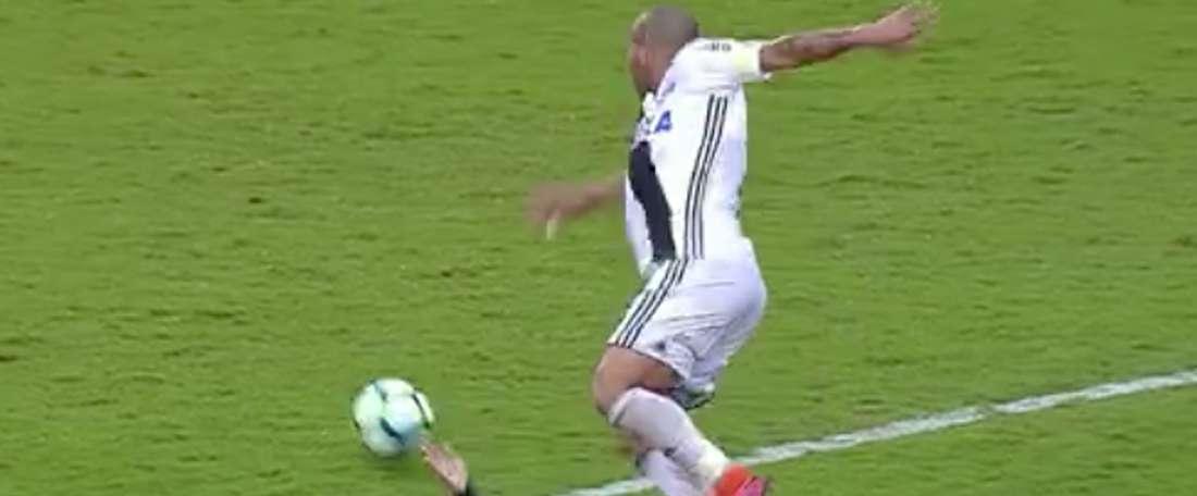 El jugador de Ponte Preta tuvo que ser atendido durante varios minutos. Twitter