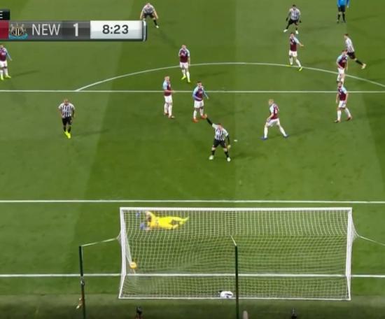 Fernandez' effort helped Newcastle take the lead against Burnley. Captura/NBC