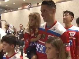 Fernando Torres entró al campo junto a sus hijos en su último partido profesional. Twitter/DAZN_ES