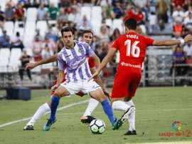 Fidel intenta despejar un balón ante la mirada de Kiko Olivas en el Almería-Real Valladolid. LaLiga