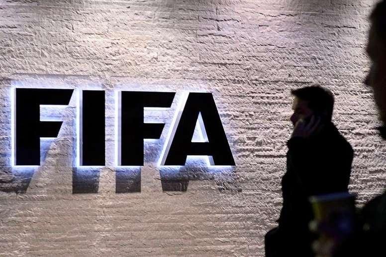 Un árbitro podría perder su categoría FIFA por un error. EFE/Archivo