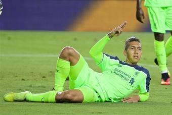 Firmino celebra tumbado un gol con el Liverpool. LFC