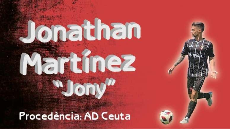 Jony firma por el Olímpic de Xàtiva. Twitter/CD_Olimpic