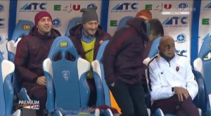 Francesco Totti bromea con sus compañeros y un asistente de Spalletti. Twitter